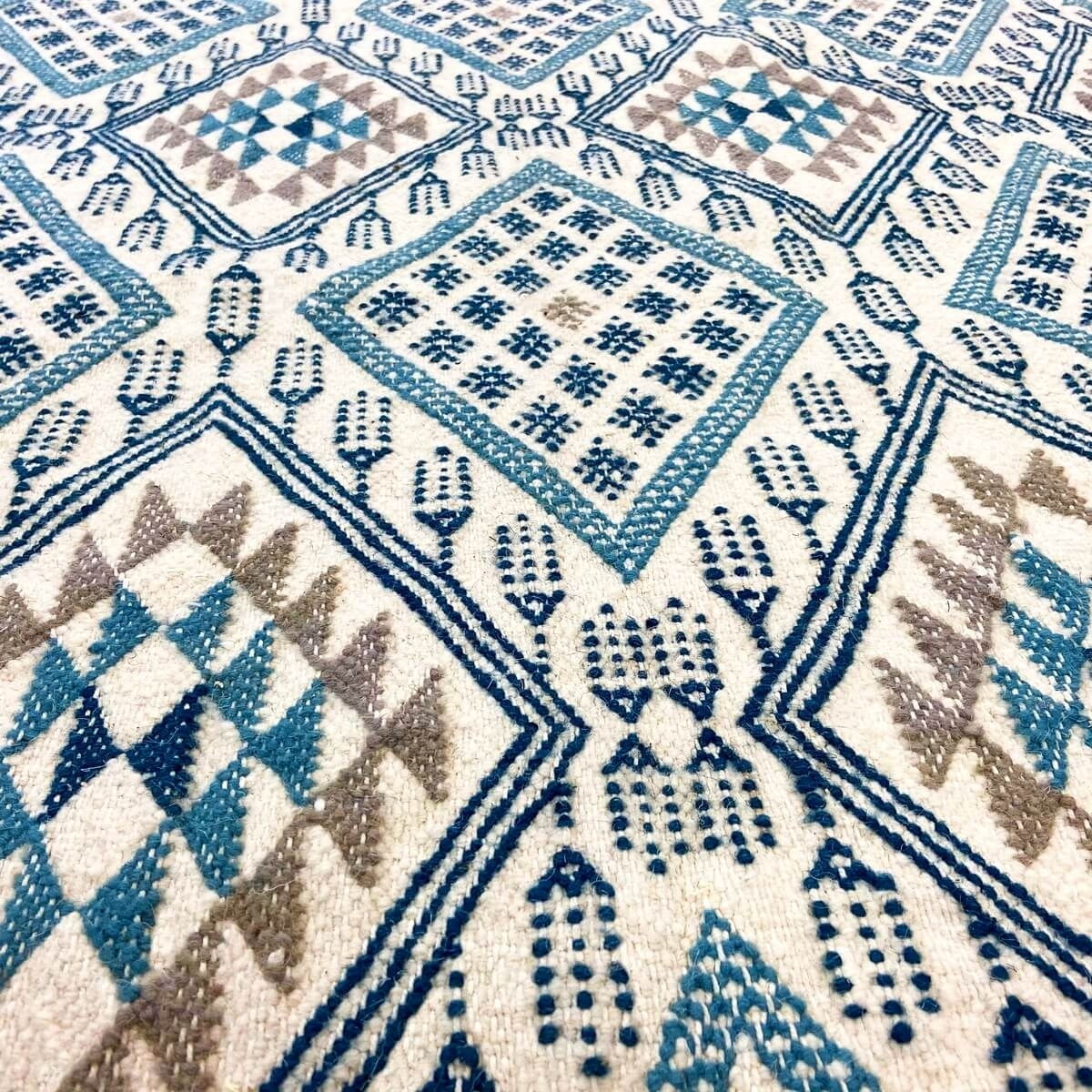 Berber carpet Rug Margoum Louz 171x252 White/Blue (Handmade, Wool, Tunisia) Tunisian margoum rug from the city of Kairouan. Rect