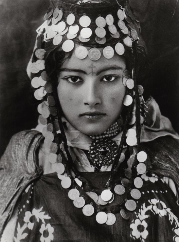 Jeune ville berbère algérienne de Ouled Naïl en 1905 portant des tatouages entre les sourcils et sur les jours - © Lehnert & Landrock [Domaine publique]