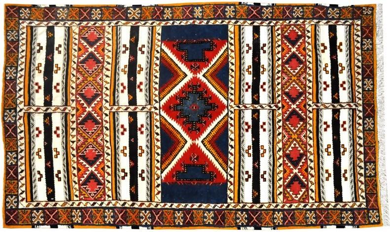 "Tapis marocain ""glaoui"" avec bandes à tissage ras - © Sajada"